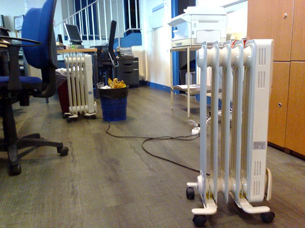 Les radiateurs achetés d'urgence par la direction de Caen pour tenter de réchauffer le personnel cette semaine dans l'Open space.